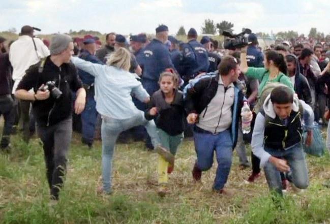 une-journaliste-hongroise-fait-scandale-en-frappant-des-refugies-760141_w650