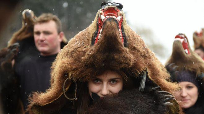 une-femme-vetue-d-une-peau-d-ours-dans-les-rues-de-comanesti-en-roumanie-le-30-decembre-2015_5491040