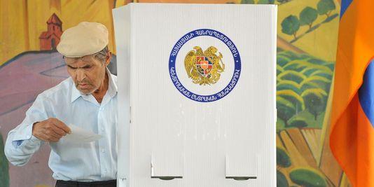 1696980_3_0c03_un-homme-vote-a-yerevan-en-armenie-lors-des_3f10bc64b8a82cc892140151f4a91b33