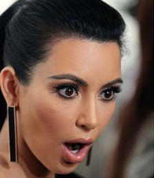 kim-kardashian-apres-avoir-choque-avec-ses-fesses-non-retouchees-elle-remet-ca-dans-un-minuscule-string_184291_w460