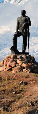 statue-of-a-fedayee-armenian-warrior-with-mount-ararat-in-the-background-D642GF