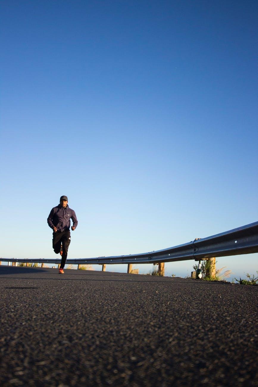 photo d un homme qui court pendant la journee