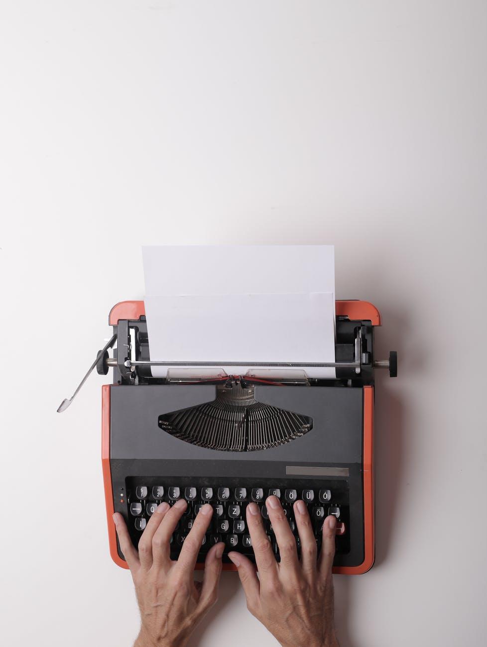 ecrivain travaillant sur machine a ecrire au bureau