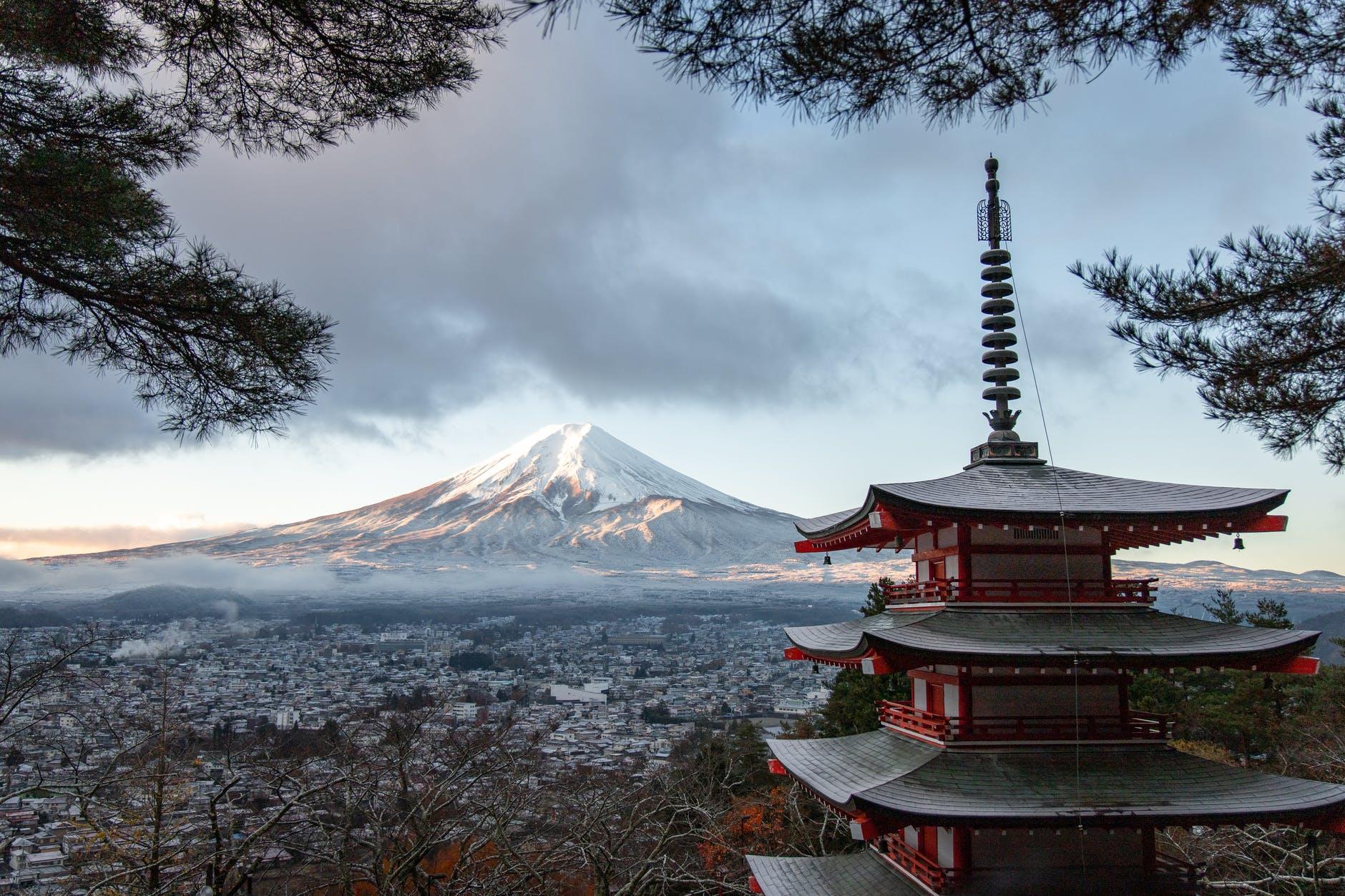 temple de la pagode rouge et grise