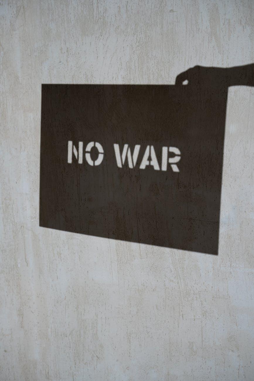 texte de non guerre en noir et blanc